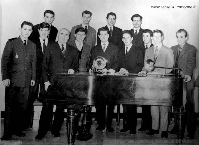 1963-1964 : Bernard POULAIN / Yves DEMARLE / Jean-Pierre BERQUE / Gérard PICHAUREAU (professeur) / Jean-François BESSON / Michel CALMELS / Jean ETIENNE / Gérard SUZAN / Gérard DROUARD / Claude BURLAT / Gérard MASSON / Michel VERSTRAETE / Dominique WATRE