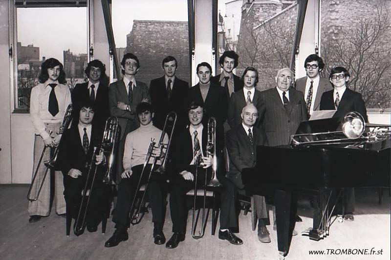 1974 : EN HAUT : Jean-Jacques DION / Jean-Michel FOURQUET / Marc DESSEIGNE / Yoann THEULIER / Jean-Marie RODRIGUES / Philippe CAUCHY / Jean-Louis MAES / Gérard PICHAUREAU (professeur) / Jean-Luc BERTRAND / Bernard DEJAEGHER EN BAS : Alexandre PERDIGON / François FEVRIER / Claude GLEIZE / Camille MERLIN (accompagnateur)
