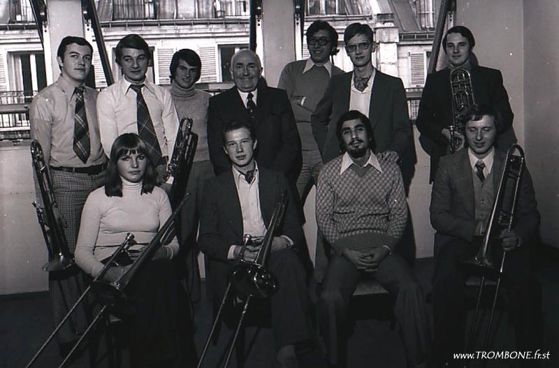 1975 : EN HAUT : Philippe LAUNAY / Patrice HIC / Gilles HERITIER / Gérard PICHAUREAU (professeur) / Jean-Luc BERTRAND / Claude VANDAMME / Jean-Marie RODRIGUES / EN BAS : Yvelise ROUILLARD / Jean-Louis MAES / Abbas DABIRDANESH / Claude GLEIZE