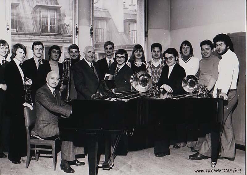 1976 : Xavier LALLART / Gilles HERITIER / Philippe LAUNAY / Abbas DABIRDANESH / Patrice HIC / Gérard PICHAUREAU (professeur) / Claude VANDAMME / Marc SALMON / Yvelise ROUILLARD / Guy BERRIER / Claude DALOZ / Jean-Marie RODRIGUES / Jean Claude CHEVALLEY / Bernard DREUMONT / Camille MERLIN (accompagnateur)