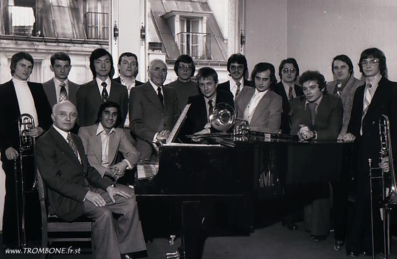 1977 : EN HAUT : Gilles HERITIER / Patrice HIC / Yasuhiro YODEN / Philippe LAUNAY / Gérard PICHAUREAU (professeur) / Jean-Luc SENE / Xavier LALLART / Jean Claude MORISSE / Guy BERRIER / Claude DALLOZ / Bernard DREUMONT / Jean Marie RODRIGUE / Marc SALMON / EN BAS : Camille MERLIN (accompagnateur) / Abbas DABIRDANESH