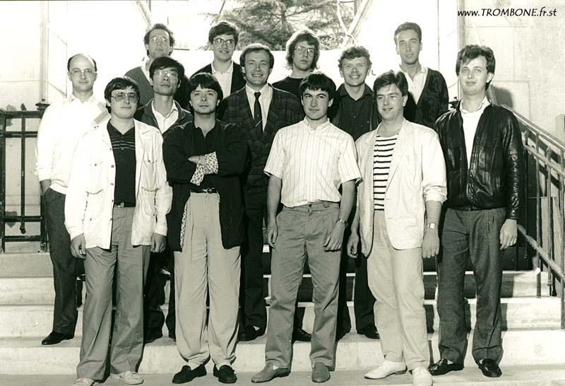 1987 (Paris) : EN HAUT : Sébastien JADOT / Henri-Michel GARZIA / Eric DAVERGNE / Didier LECOMTE / AU MILIEU : Marc LYS / Li Chung CHANG / Gilles MILLIERE (professeur) / Christian BOGAERT / EN BAS : Olivier RENAULT / Thierry GUILBERT / Jean RAFFARD / Berbard HULOT / Bernard METZ