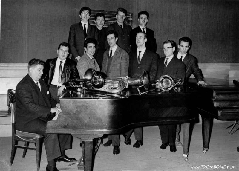 1964 : EN HAUT : Daniel LANDREAT / Jean LELONG / Michel DEBRUGES / Guy FERRAND (trombone basse) / EN BAS : Paul BERNARD / René FONT (trombone basse) / BENHAMOU / Alain SANTER (trombone basse) / Georges VILLE / ? / ?