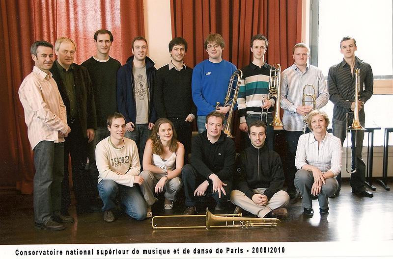 2009-2010 (Paris) : EN HAUT : Jean RAFFARD (assistant) / Gilles MILLIERE (professeur) / Benoit COUTRIS / Hervé FRIEDBLATT / Marc ABRY / Jean-Charles DUPUY / Maxence MOERCANT / Maxime DELLATRE / Mathieu ADAM / EN BAS : Clément CARPENTIER / Amélie CARON / Guillaume MILLIERE / Jules LEFRANCOIS / Emmanuelle BARTOLI (accompagnatrice)